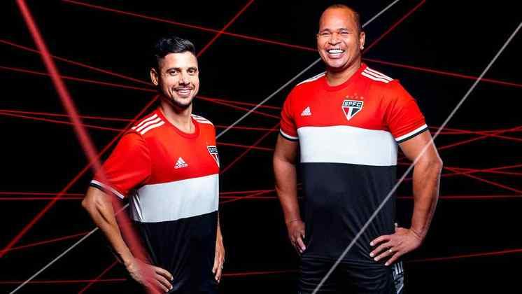 Cicinho e Aloísio posam com a nova camisa do São Paulo.
