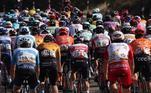 Um grupo de ciclistas partem para a quinta etapa da Volta Ciclística da Espanha, que percorre neste sábado (24) 185,5 km num trajeto entre as cidades de Huesca e Sabinanigo