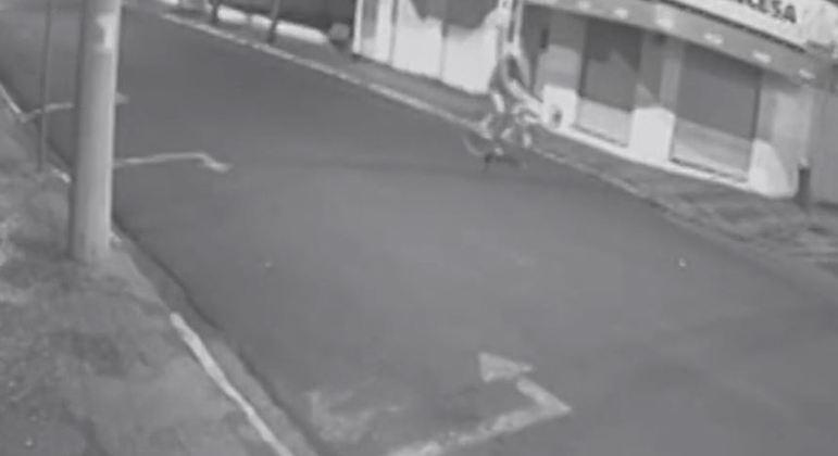 Câmeras de segurança mostram ciclista mexendo em explosivos em Araçatuba (SP)