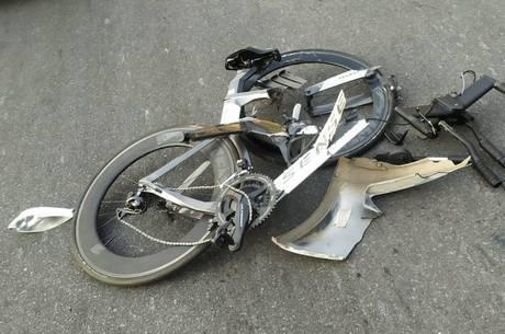 Bicicleta ficou totalmente destruído com o impacto