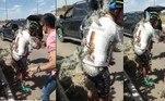 Um vídeo muito doloroso foi publicado em redes sociais e mostrou como praticar esportes pode ser doloroso. Um ciclista caiu em cima de diversos cactos e foi espetado por MILHARES de espinhos