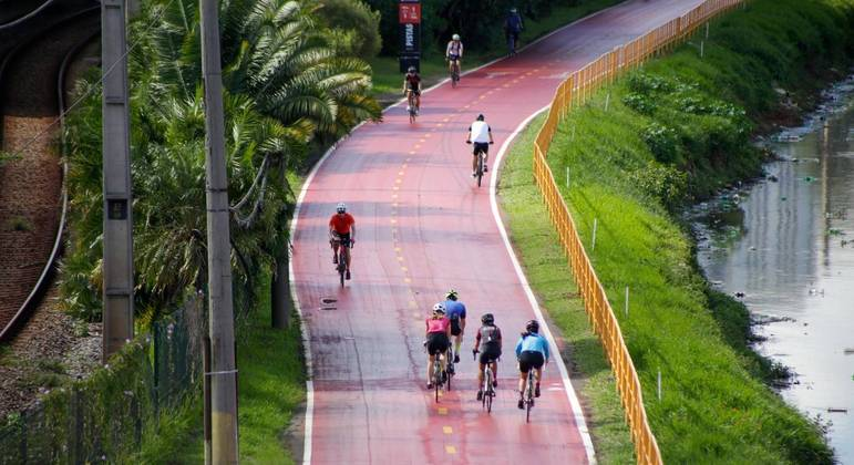 Uso de bicicletas cresce em SP, mas ciclistas evitam pedalar de máscaras