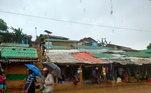 Campo de refugiados rohingya em Cox's Bazar, em Bangladesh, se prepara para a chegada do superciclone Amphan. Telhados das casas foram cobertos com plásticos e reforçados.