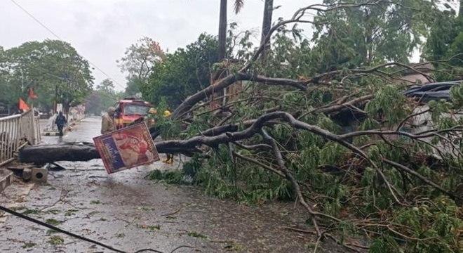 Ciclone deixa mortos e cenário de destruição