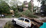 Em Gujarat, mais de 16.500 casas foram danificadas, 40 mil árvores arrancadas e 2, 4 mil vilarejos ficaram sem energia elétrica. As autoridades de Gujarat tentam evitar oscortes de energia nos 400 hospitais e fábricas de oxigênio da costa