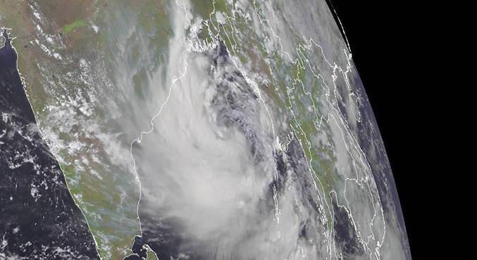 Ciclone deve atingir Índia na quarta-feira (26)