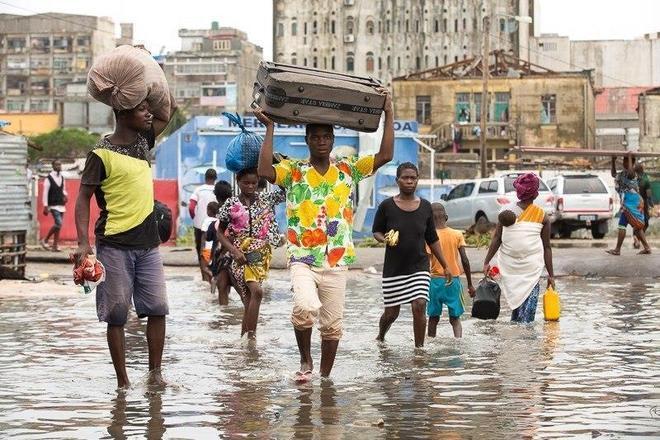 Ainda enfrentando as inundações, os moradores de Beira tentam resgatar os pertences que sobraram em suas casas destruídas