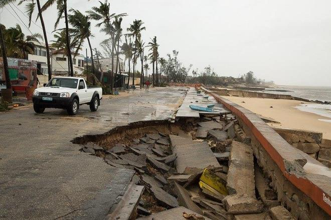 """""""As estradas para as áreas atingidas pelo ciclone foram completamente bloqueadas por árvores caídas e entulho. A infra-estrutura foi completamente destruída """", diz Marc Nosbach, diretor nacional da ONG CARE em Moçambique"""
