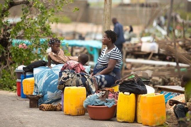 A comunidade internacional já se mobiliza para levar ajuda humanitária a Moçambique. Depois de perder sua casa, esta mulher esperava por assistência sentada com os filhos em uma estrada na cidade de Beira