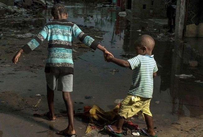 Gerald Bourke, do Programa Mundial de Alimentos da ONU, disse à agência Reuters, que muitas pessoas ainda estavam presas nas áreas mais elevadas de Moçambique.'Estamos vendo metro após metro de aldeias sob vários metros de água', disse Bourke