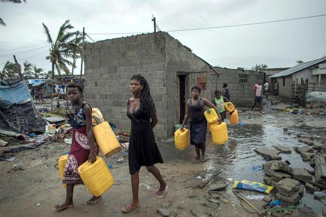 A ONG Médicos Sem Fronteiras despachou várias equipes para Moçambique, assim como para o Zimbábue e o Malaui. Segundo a organização, falta energia elétrica desde quinta-feira (14) e telefones e internet também não funcionam. Na foto, pessoas tentam buscar água potável também em falta na região
