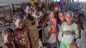 __Brasileiros ajudam Moçambique a se reconstruir após ciclone Idai__ (Antonio Silva / EPA-Lusa - 17.9.2019)
