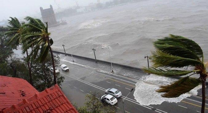 Ondas batendo na estrada enquanto o ciclone atinge Mumbai