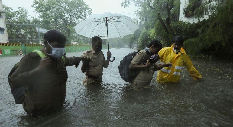 Ciclone Tauktae atinge costa da Índia