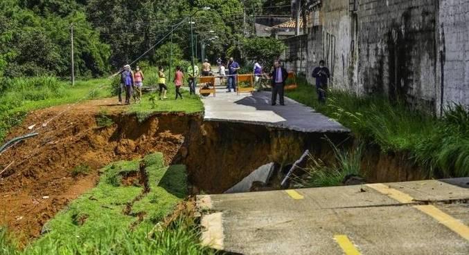 Trecho de ciclovia desaba após chuvas em São José dos Campos (SP)