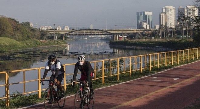 Ciclistas pedalam em ciclovia na marginal Pinheiros, zona oeste de SP