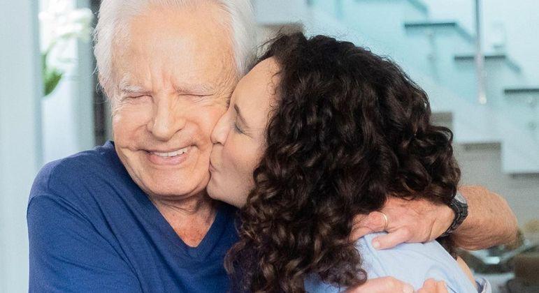 Em meio à polêmica, Cid Moreira posta fotos românticas com a mulher
