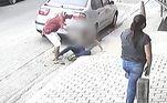 Quando percebeu que a polícia estava por perto, o criminoso pegou a namorada no colo e fingiu que nada estava acontecendo. Ele chegou a dizer para a jovem limpar as lágrimas e o sangue para simular que estava tudo bem
