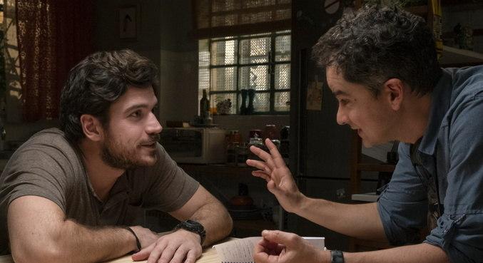 Carlos Saldanha conversa com o ator Marco Pigossi nas gravações da série