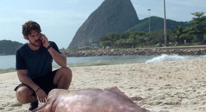 O ator Marco Pigossi vive um policial ambiental envolto em mistérios na série