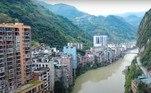 Os edifícios que ficam de frente para o rio são sustentados por colunas altas, para evitar que sejam vítimas das inundações do rio
