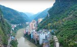 Yanjin tem 453.000 habitantes e é estrela de filmagens com drones, que viralizam com frequência em redes sociais chinesas