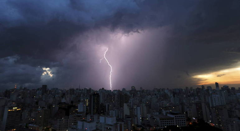 Pancadas de chuva acontecem durante a madrugada e a tarde deste sábado