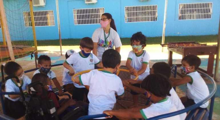 Crianças interagem em parquinho inclusivo no CIEI Anjo Gabriel no Mato Grosso