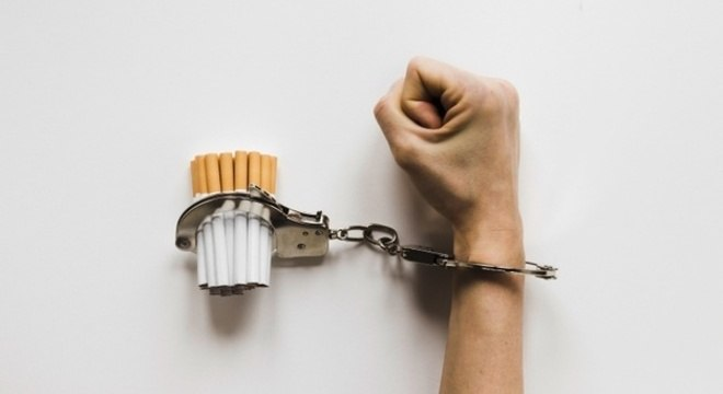 Nicotina e hábitos, como fumar em grupo, prendem pessoa ao cigarro