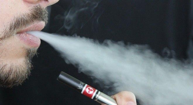 O dispositivo funciona como vaporizador, armazenando nicotina líquida