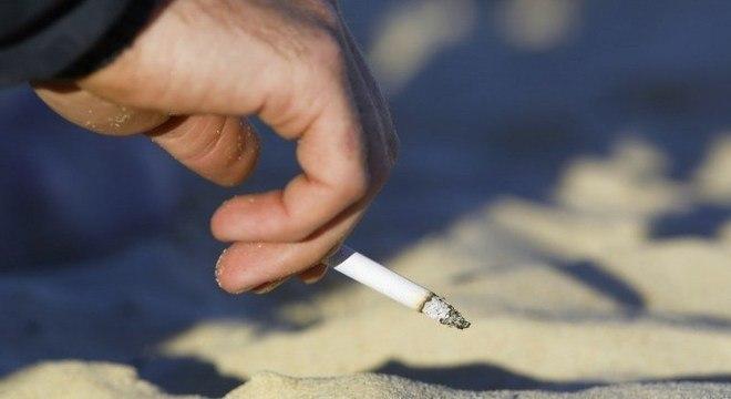 Cigarros são os objetos mais encontrados em limpezas anuais nas praias do mundo