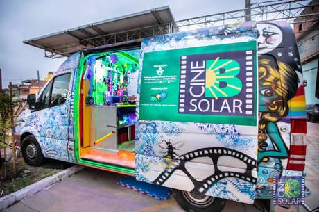 Carro capta energia solar para a exibição dos filmes