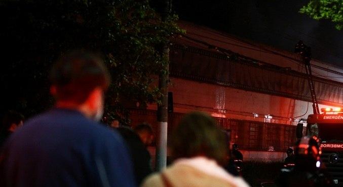 Incêndio atingiu galpão da Cinemateca no início da noite desta quinta-feira (29)