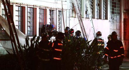 Bombeiros atuam no local para tentar conter as chamas