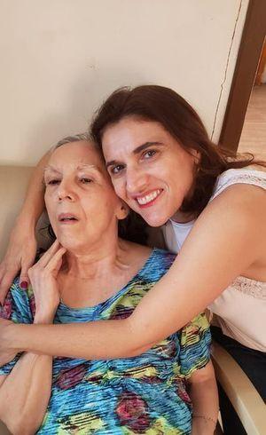 Miriam Amaral ao lado da filha
