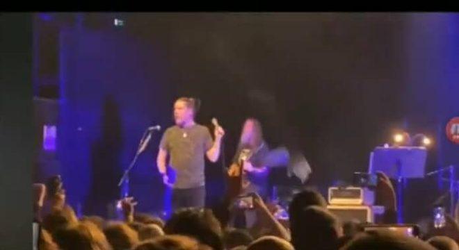 Cinzas no palco do show do Mr. Bungle