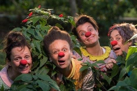 As palhaças do circo posam entre caras e caretas