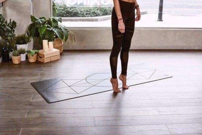 Flexões dos pés: sentado em uma cadeira com os calcanhares apoiados no chão. Levante as pontas dos dedos e as mantenha elevadas por alguns segundos. Depois, abaixe e levante os calcanhares de forma alternada. Complete 20 repetições com cada pé
