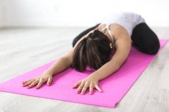 Alongamento: é considerado um forte aliado da ativação circulatória. Uma dica é apostar em movimentos para esticar as pernas, afinal alongar e esticar aliviam dores e cansaços