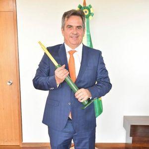 """Ciro exibe presente """"de amigo"""": """"Quero ser um amortecedor para nosso país e assim ser mais útil ao Brasil"""""""