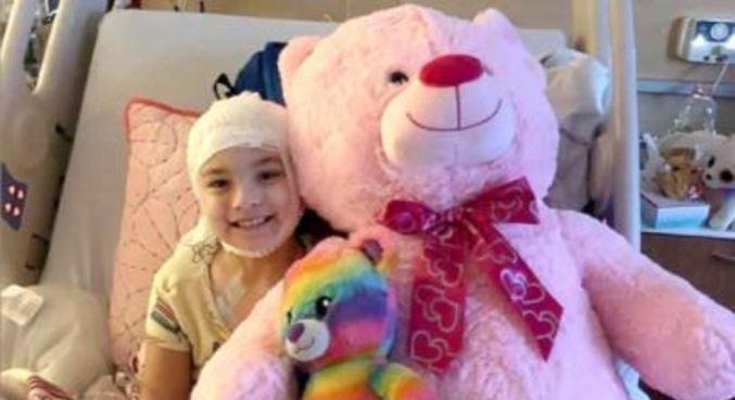 A menina posou para foto após a primeira cirurgia realizada com sucesso