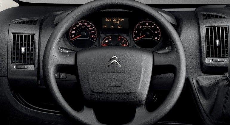 Carro vem equipado com computador de bordo e GSI, que indica o momento certo de fazer a troca de marchas