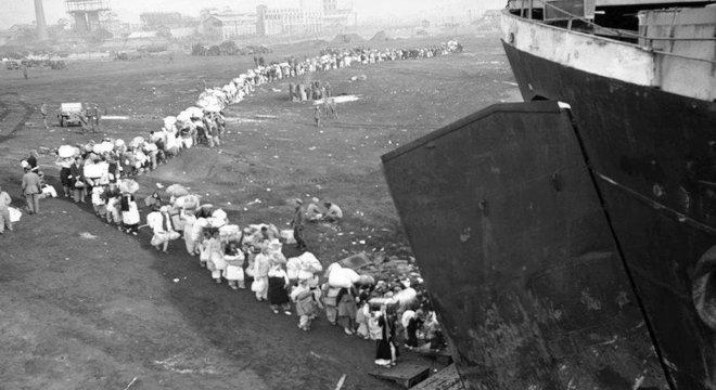 Civis fazem fila no porto de Hungnam na esperança de embarcar nos navios
