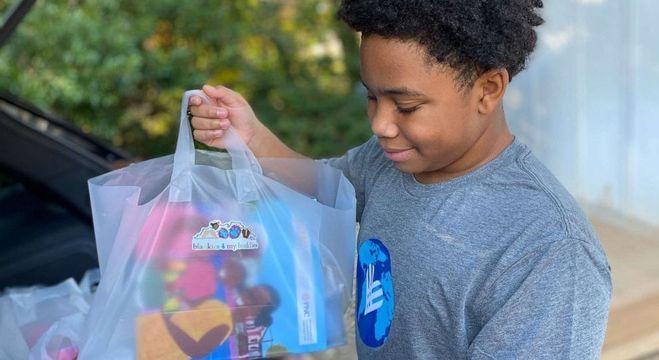 CJ faz sacolas com diversos materiais que coleta, além de cobertores para fazer doação