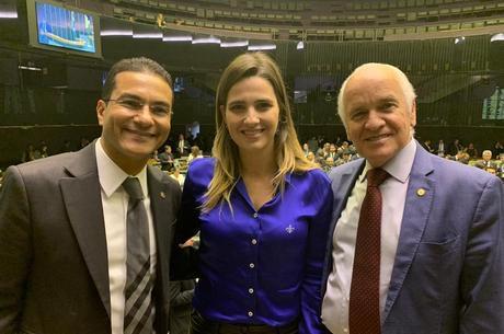 Deputados Marcos Perieira, Clarissa Garotinho e Gilberto Nascimento após a aprovação do projeto