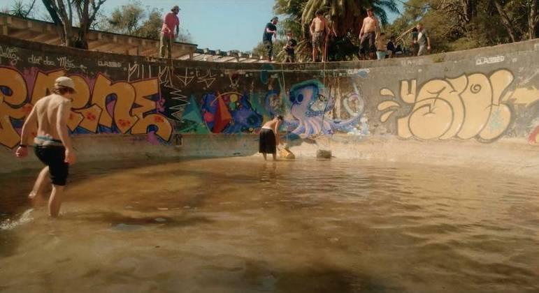 Documentário mostra skatistas tirando água empoçada de piscina em clube abandonado