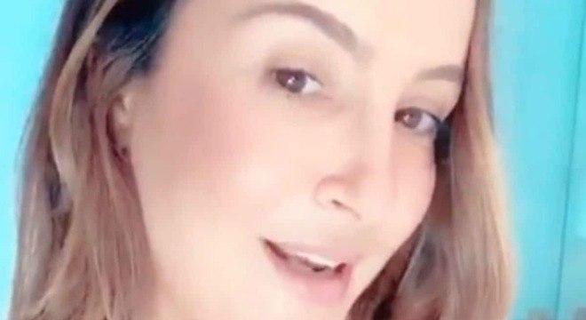 Claudia Leitte mostrou a barriga após o parto em uma foto sincera