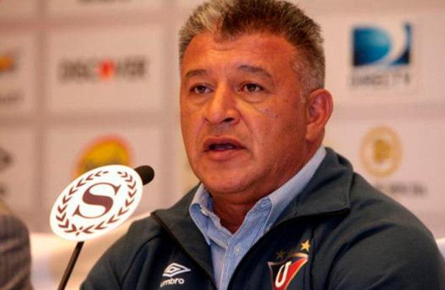 Claudio Borghi – argentino – 56 anos – sem clube desde que deixou a LDU, em março de 2016 – principais feitos como treinador: conquistou quatro Campeonatos Chilenos (Colo-Colo).