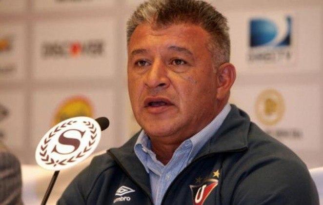 Claudio Borghi – argentino – 56 anos – sem clube desde que deixou a LDU, em março de 2016 – principais feitos como treinador: conquistou quatro Campeonatos Chilenos (Colo-Colo)