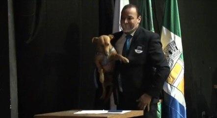 Vereador levou pet para cerimônia de posse